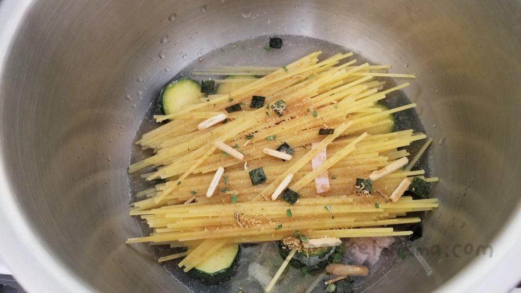 ホットクックで作る別茹でしない松茸のお吸い物の素を使ったパスタ