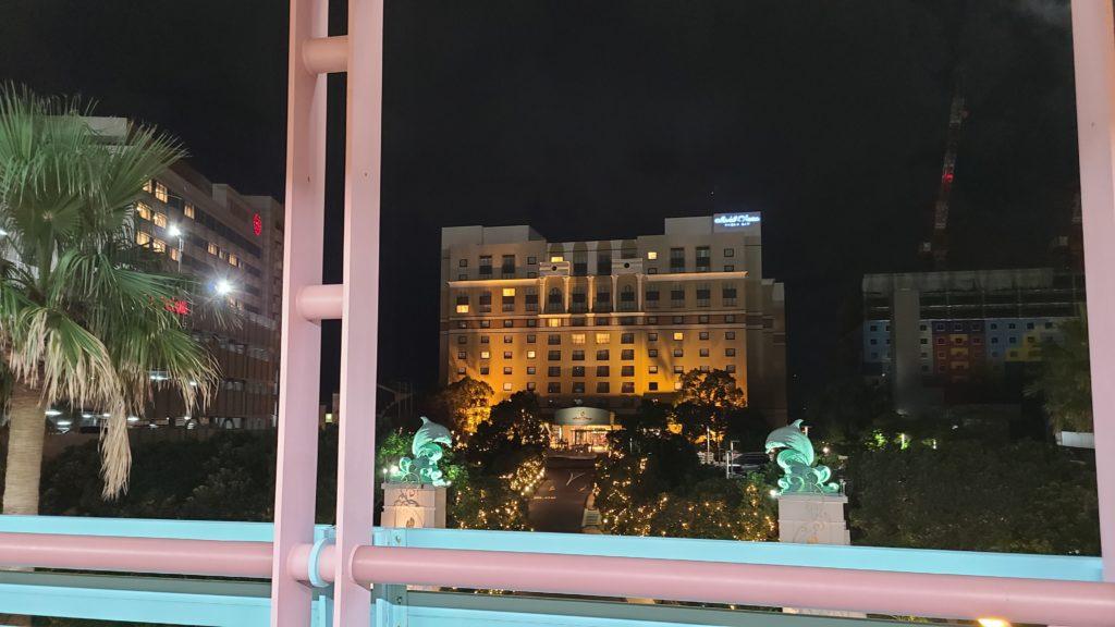 ディズニーリゾートライン、ベイサイドステーションホームから見たホテルオークラ東京ベイの外観