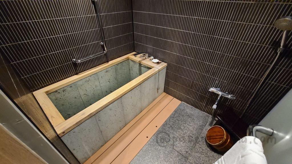 シェラトン・グランデ・トーキョーベイ・ホテルのジャパニーズスイートルームの檜風呂