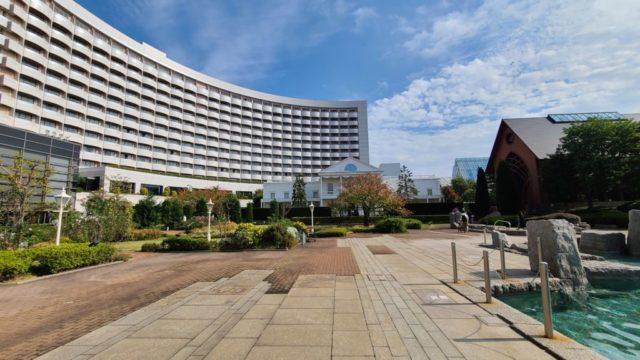 シェラトン・グランデ・トーキョーベイ・ホテルの外観と中庭とチャペルと屋外プール