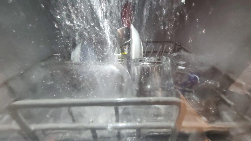 アイリスオーヤマ食洗機、窓から見た洗浄中の中身