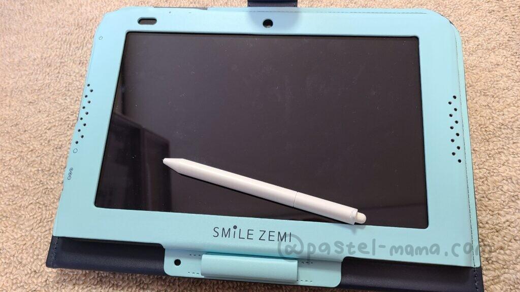 スマイルゼミの専用タブレット。カバーはブルー。